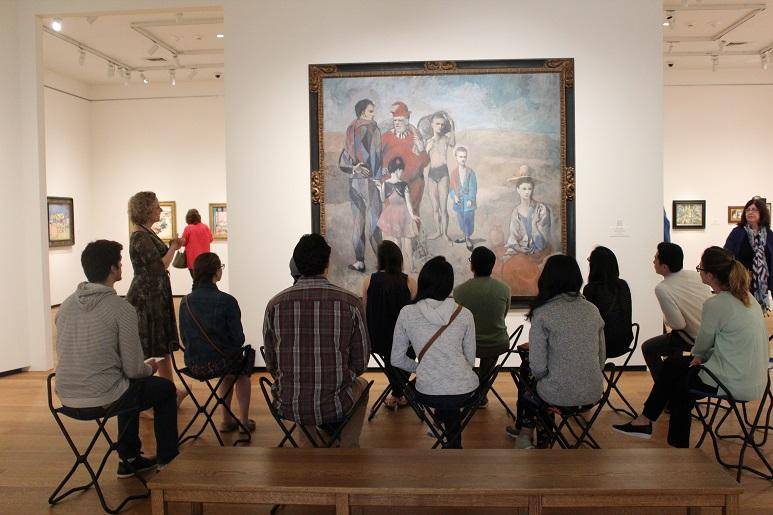 photo of SOM first year medical students at the National Gallery of Art, 2017